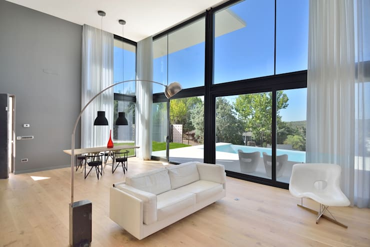 salon a doble altura: Salones de estilo moderno de MODULAR HOME