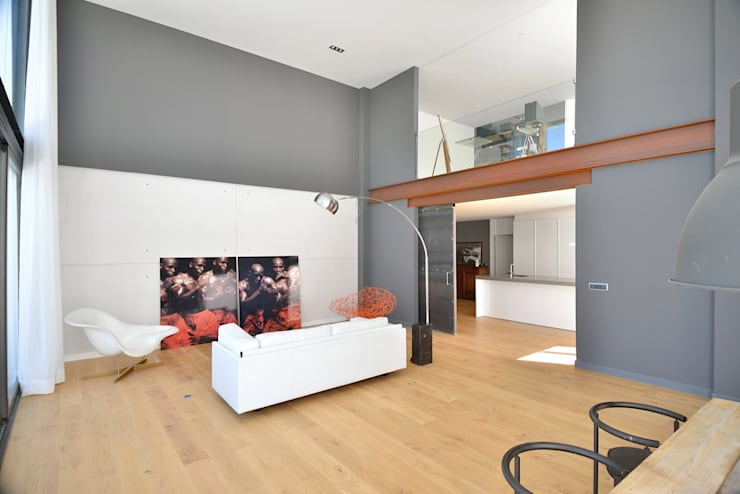 salon a doble altura : Salones de estilo moderno de MODULAR HOME