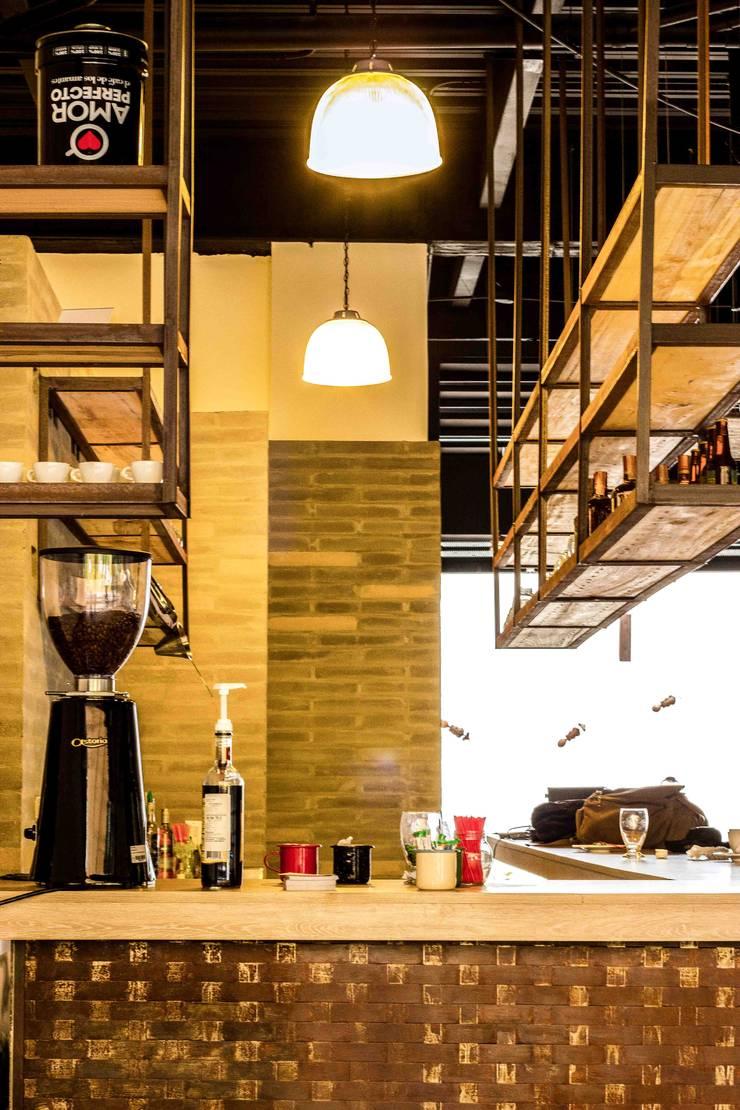 BARRA DE ATENCIÓN: Locales gastronómicos de estilo  por Ensamble de Arquitectura Integral