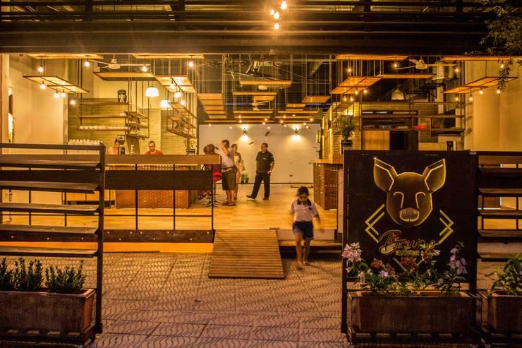 ACCESO: Locales gastronómicos de estilo  por Ensamble de Arquitectura Integral