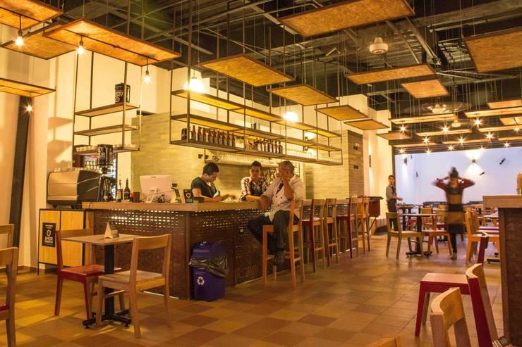 ESPACIO ANTERIOR - VISTA HACIA BARRA: Locales gastronómicos de estilo  por Ensamble de Arquitectura Integral