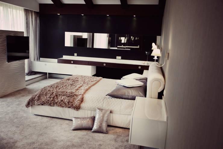 Dormitorios de estilo  por Projektowanie i aranżacja wnętrz Rogalska Design
