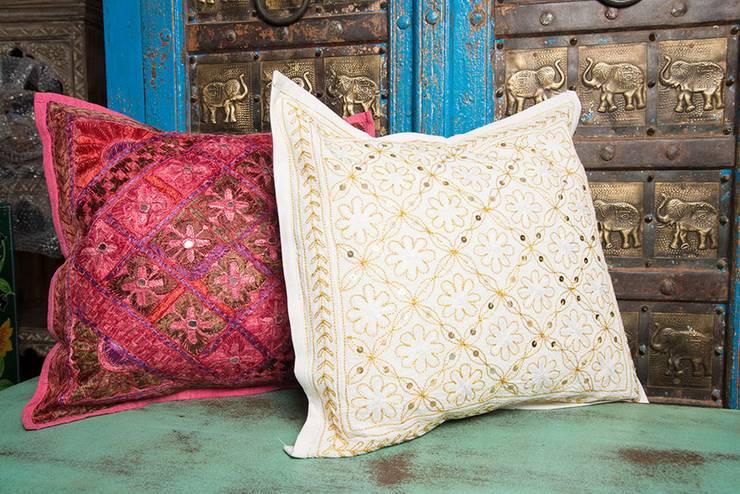 Cojines tejidos a mano.: Hogar de estilo  por SARRIA HOME