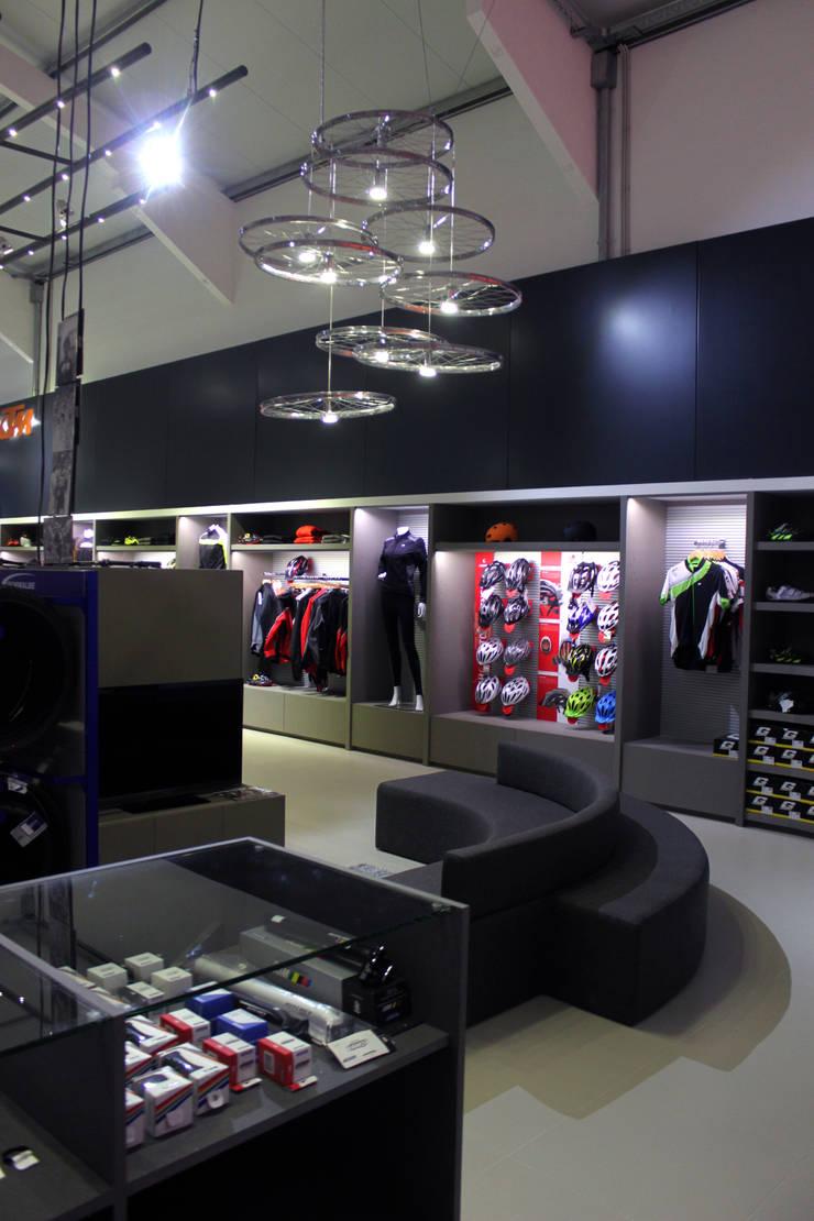 MegaConcept Store da KTM Bike Industries / Bicicletas Coelho: Garagem e arrecadação  por FIAR