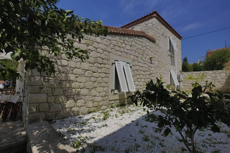 İBRAHİM TOPAL YAPI & MİMARLIK – REISDERE  EVİ / RESTORASYON PROJESİ: akdeniz tarzı tarz Evler