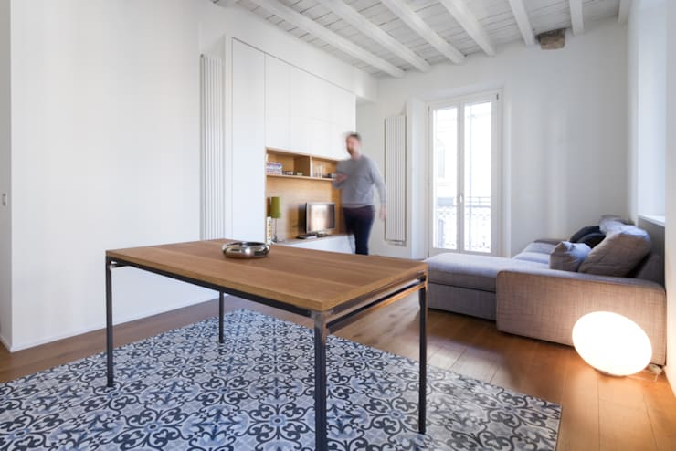 PG House | private apartment refurbishment: Soggiorno in stile  di Atelierzero Architects