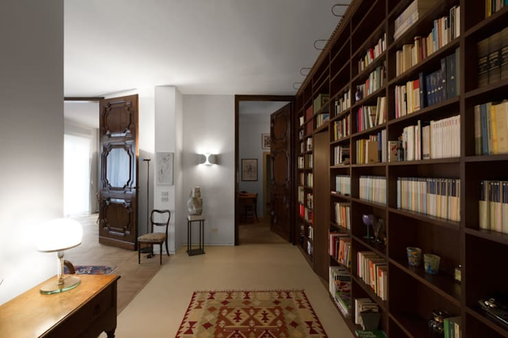 HHR | historical apartment restyling: Ingresso & Corridoio in stile  di Atelierzero Architects