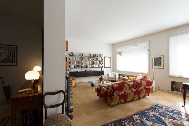 HHR | historical apartment restyling: Soggiorno in stile  di Atelierzero Architects