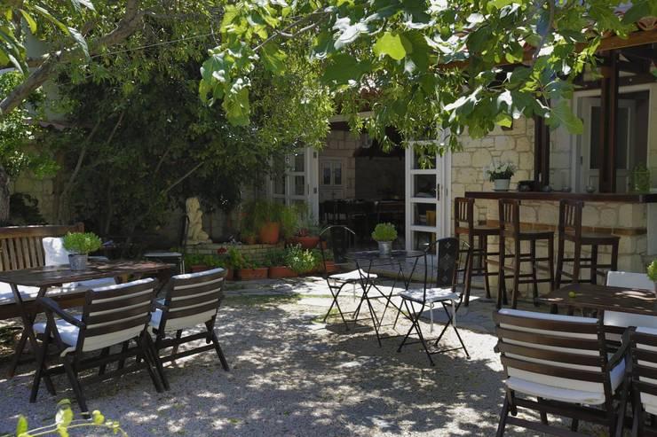 İBRAHİM TOPAL YAPI & MİMARLIK – İNCİRLİEV OTEL ALAÇATI:  tarz Balkon, Veranda & Teras