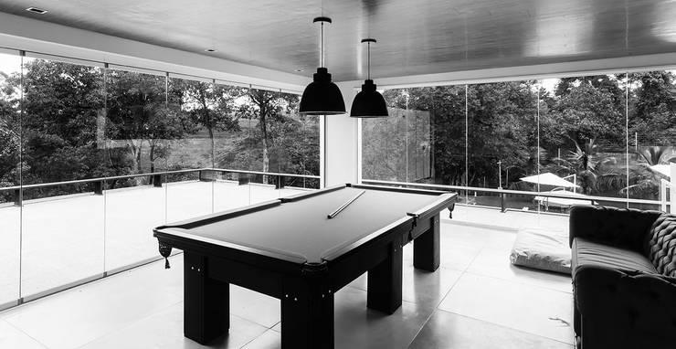 Casa de Veraneio Itu: Salas multimídia modernas por Radô Arquitetura e Design