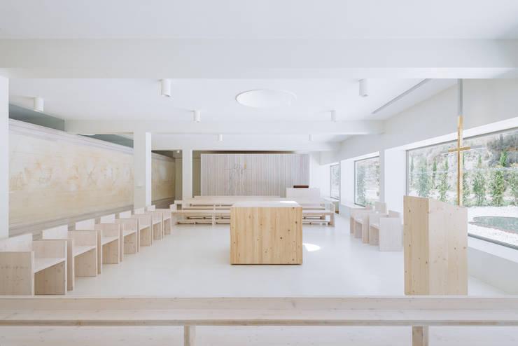 Capela: Salas de estar  por Site Specific