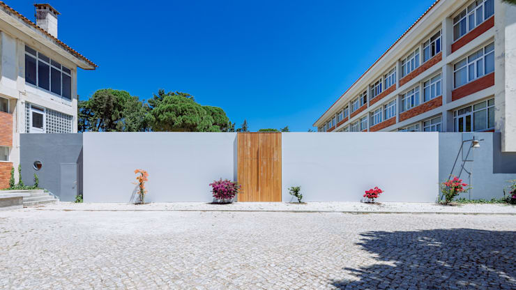 Entrada exterior principal: Casas  por Site Specific