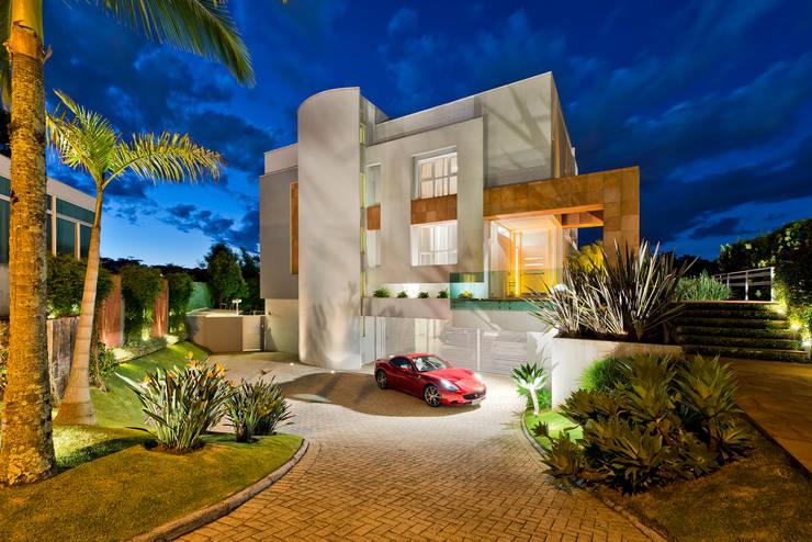 Residência  Vista Alegre  -Curitiba-PR: Casas modernas por Karin Brenner Arquitetura e Engenharia