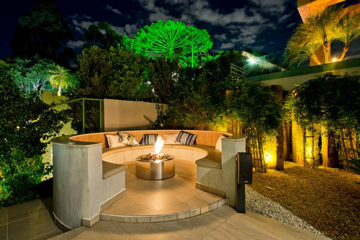 Residência  Vista Alegre  -Curitiba-PR: Piscinas modernas por Karin Brenner Arquitetura e Engenharia