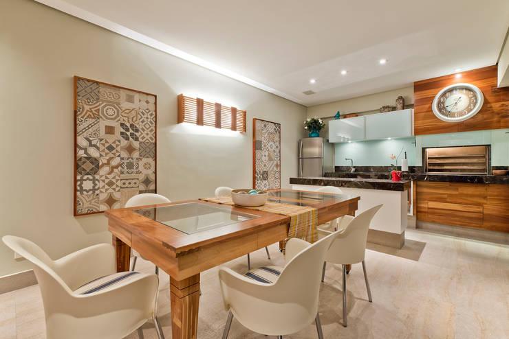 Residência  Vista Alegre  -Curitiba-PR: Cozinhas  por Karin Brenner Arquitetura e Engenharia