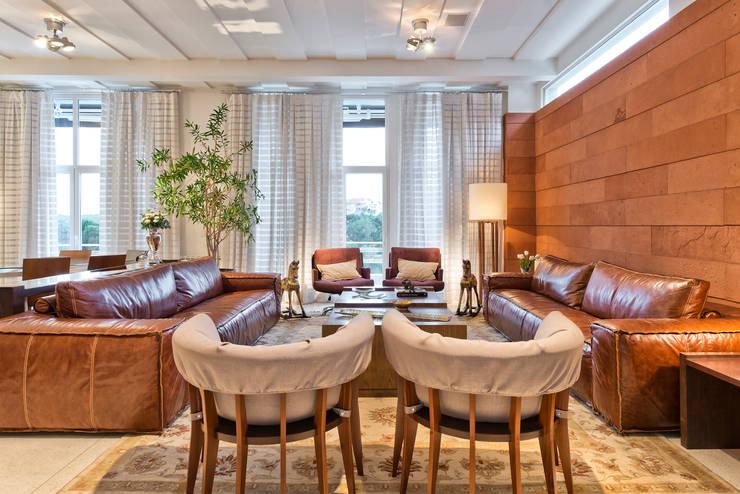 Residência  Vista Alegre  -Curitiba-PR: Salas de estar modernas por Karin Brenner Arquitetura e Engenharia