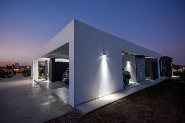 BOX <q>89</q>: Casas de estilo  por JAMStudio