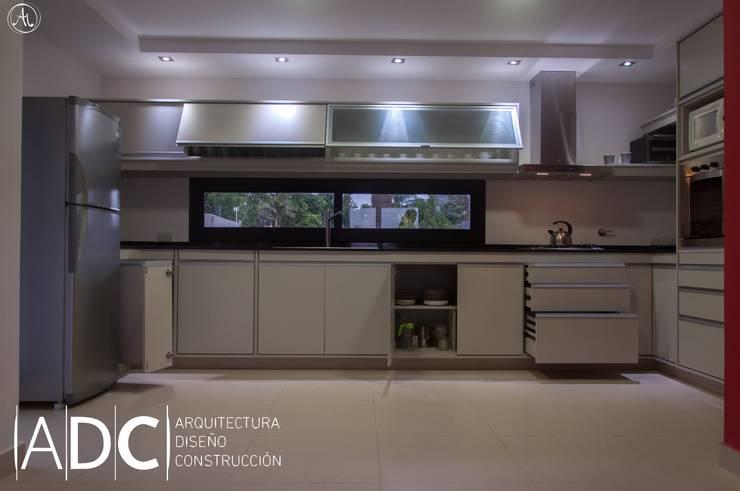 Cocina: bajo mesada, alacena , columna de horno. Abierta: Cocinas de estilo  por ADC - ARQUITECTURA - DISEÑO- CONSTRUCCION