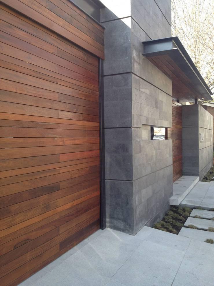 Acceso principal: Casas de estilo  por Diez y Nueve Grados Arquitectos