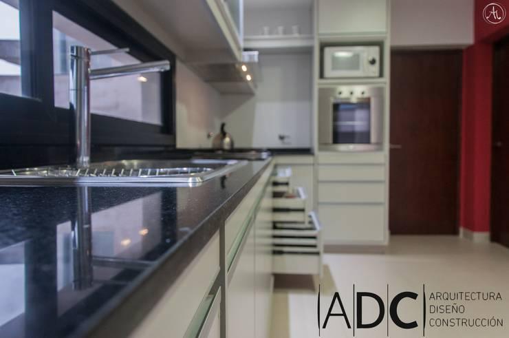 Mesada de Granito - Negro Brasil: Cocinas de estilo  por ADC - ARQUITECTURA - DISEÑO- CONSTRUCCION