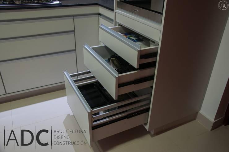 Detalle cajones: Cocinas de estilo  por ADC - ARQUITECTURA - DISEÑO- CONSTRUCCION