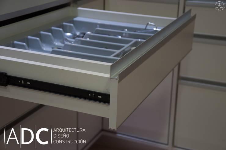 Detalle cajon cubiertero: Cocinas de estilo  por ADC - ARQUITECTURA - DISEÑO- CONSTRUCCION