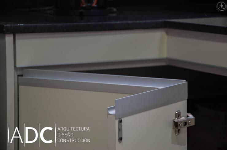 Detalle bajo mesada en esquina: Cocinas de estilo  por ADC - ARQUITECTURA - DISEÑO- CONSTRUCCION