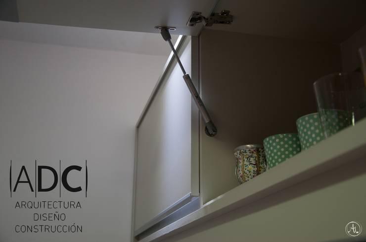 Detalle de alacena: Cocinas de estilo  por ADC - ARQUITECTURA - DISEÑO- CONSTRUCCION
