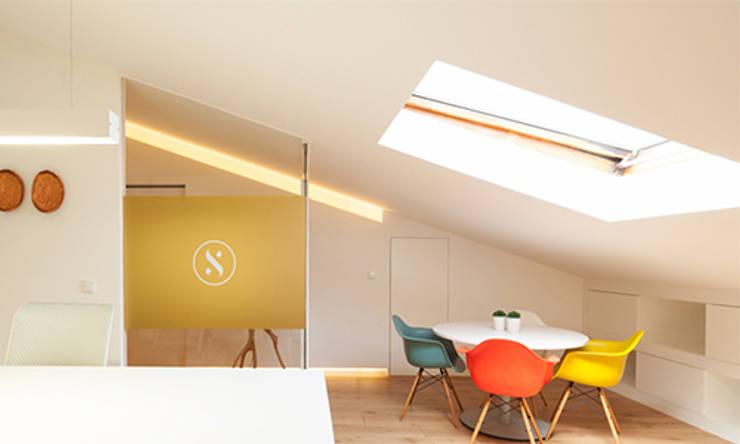 Atelier Arquitetura e Design: Escritórios  por Poliune