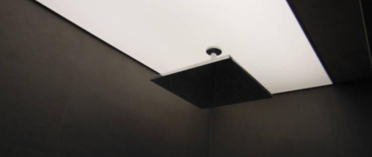 Tecto banho iluminado: Casas de banho  por Poliune
