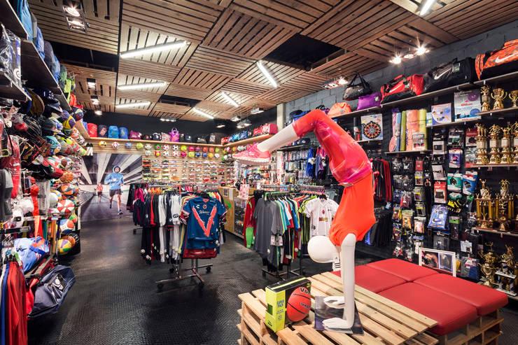 Güicho  la Pradera: Oficinas y tiendas de estilo  por BCA taller de diseño