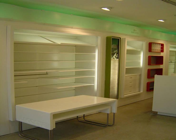Lacoste : Oficinas y tiendas de estilo  por BCA Arch and Interiors