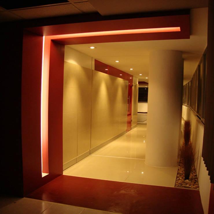 Ceex: Pasillos y recibidores de estilo  por BCA Arch and Interiors