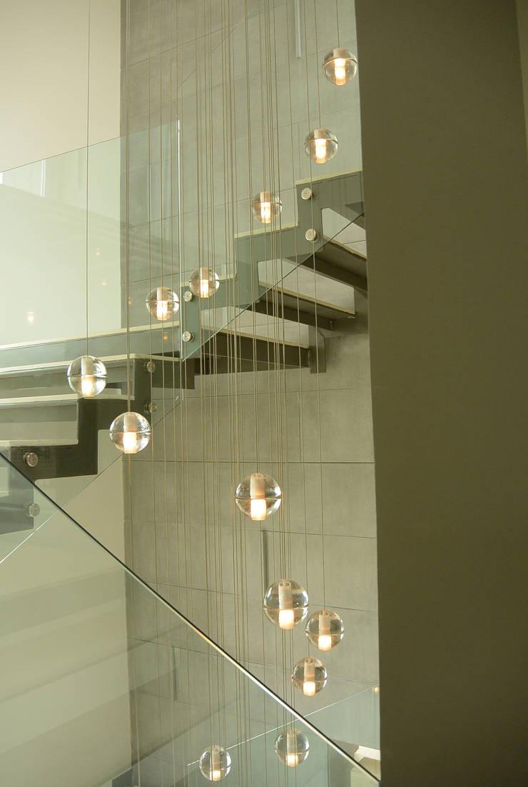 Casa Bosque de Niebla : Pasillos y recibidores de estilo  por BCA Arch and Interiors
