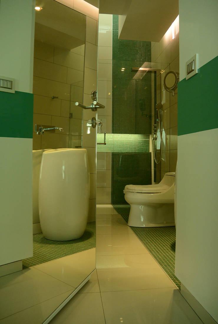 Casa Invernadero : Baños de estilo  por BCA taller de diseño