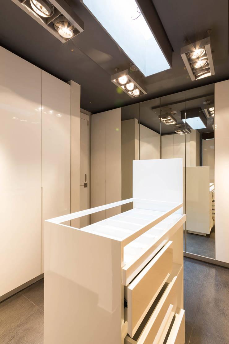 Casa la Reserva las Animas : Vestidores y closets de estilo  por BCA Arch and Interiors