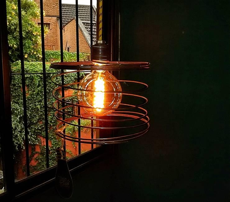 LAMPARA COLGANTE ESTILO INDUSTRIAL VINTAGE: Hogar de estilo  por Lamparas Vintage Vieja Eddie,