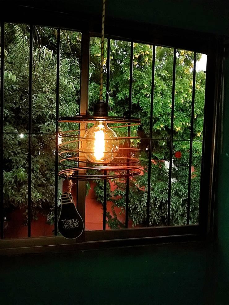 LAMPARA COLGANTE ESTILO INDUSTRIAL VINTAGE: Comedores de estilo  por Lamparas Vintage Vieja Eddie,