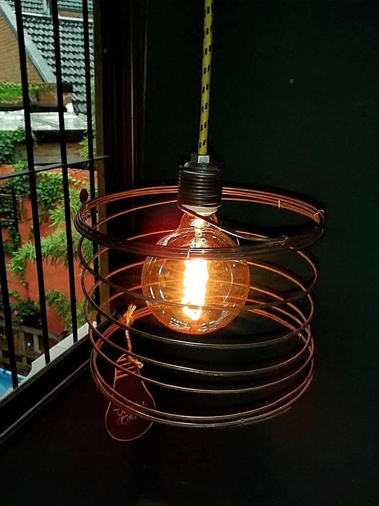 LAMPARA COLGANTE ESTILO INDUSTRIAL VINTAGE: Livings de estilo  por Lamparas Vintage Vieja Eddie,