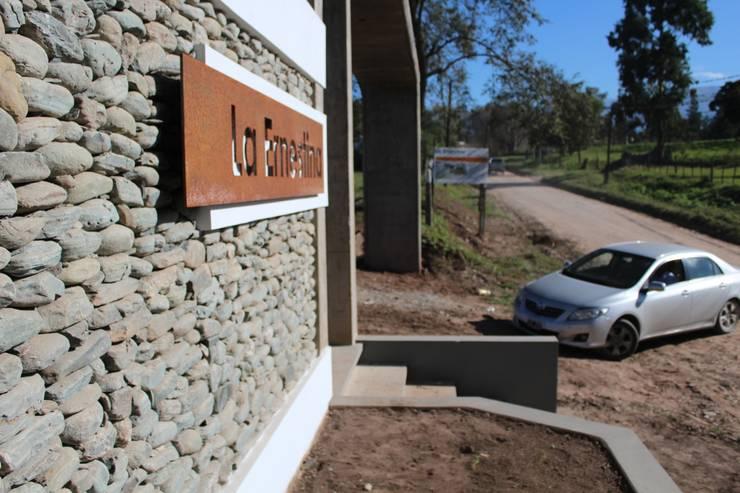 Acceso Terminado: Casas de estilo  por Comma - Oficina de arquitectura