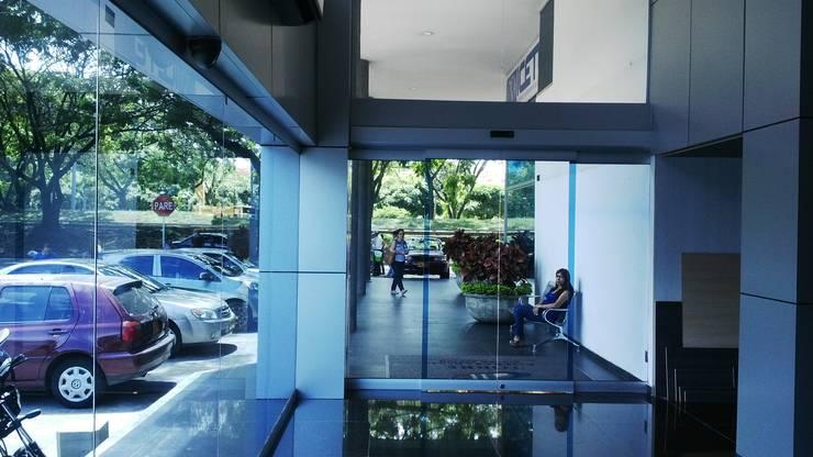 HALL TORRE EMPRESARIAL / Cali: Edificios de oficinas de estilo  por ION arquitectura SAS