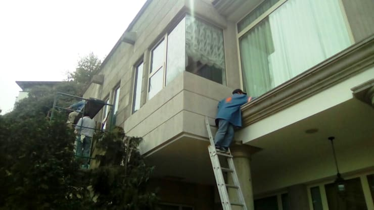 Fachada de casa habitación: Casas de estilo  por Leon Countertops