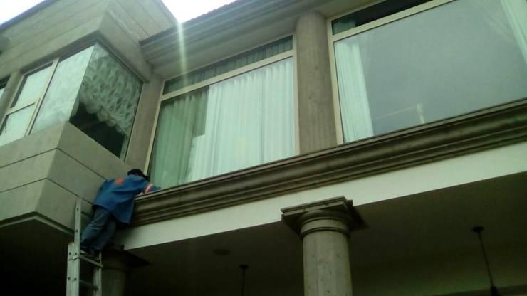 Fachada y columnas: Casas de estilo  por Leon Countertops