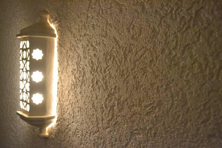 Reboco Decorativo / Acabamento Decorativo: Corredores e halls de entrada  por RenoBuild Algarve