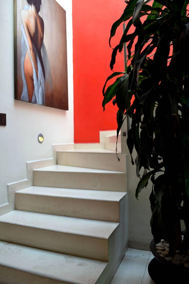 ESCALERAS: Pasillos y recibidores de estilo  por EL DIVÁN Arquitectura & Diseño de Interiores