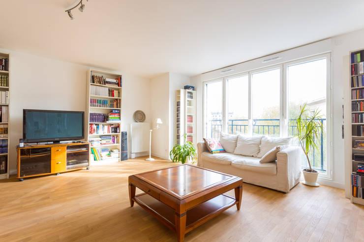 Salas de estar modernas por AVENIR & SERENITE PATRIMOINE