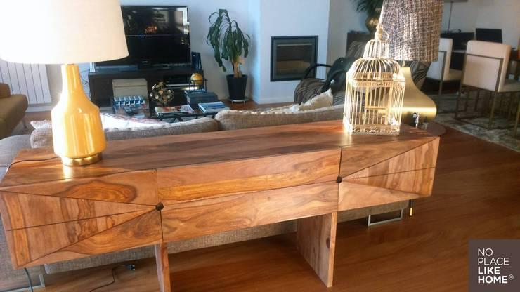 Sideboard in Indian wood: Sala de estar  por No Place Like Home ®