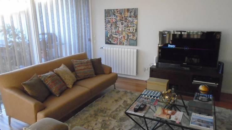 Cozy Pillows: Sala de estar  por No Place Like Home ®