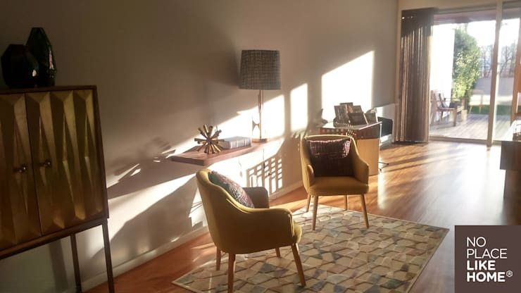 A cozy space for reading: Sala de estar  por No Place Like Home ®