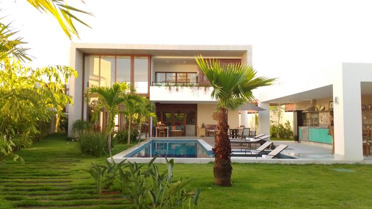 Hồ bơi trong vườn theo Tânia Póvoa Arquitetura e Decoração, Nhiệt đới